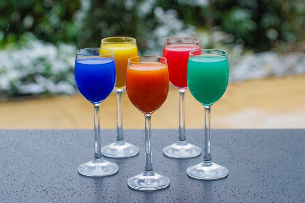 Kuvituskuva värillisiä juomia laseissa