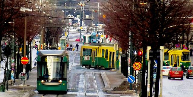 Maisema Helsingin kadulle, raitiovaunuja ja autoja.