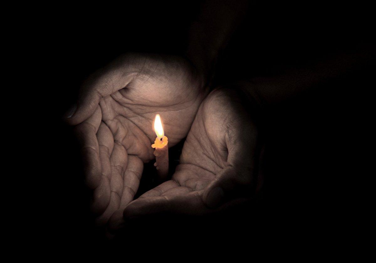 Kuvituskuva kynttilä kämmenellä.