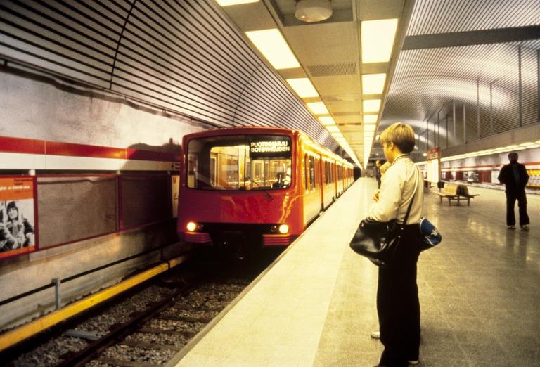 Lapset odottavat saapuvaa metroa, Helsingin kaupungin museo, Laitila Unto