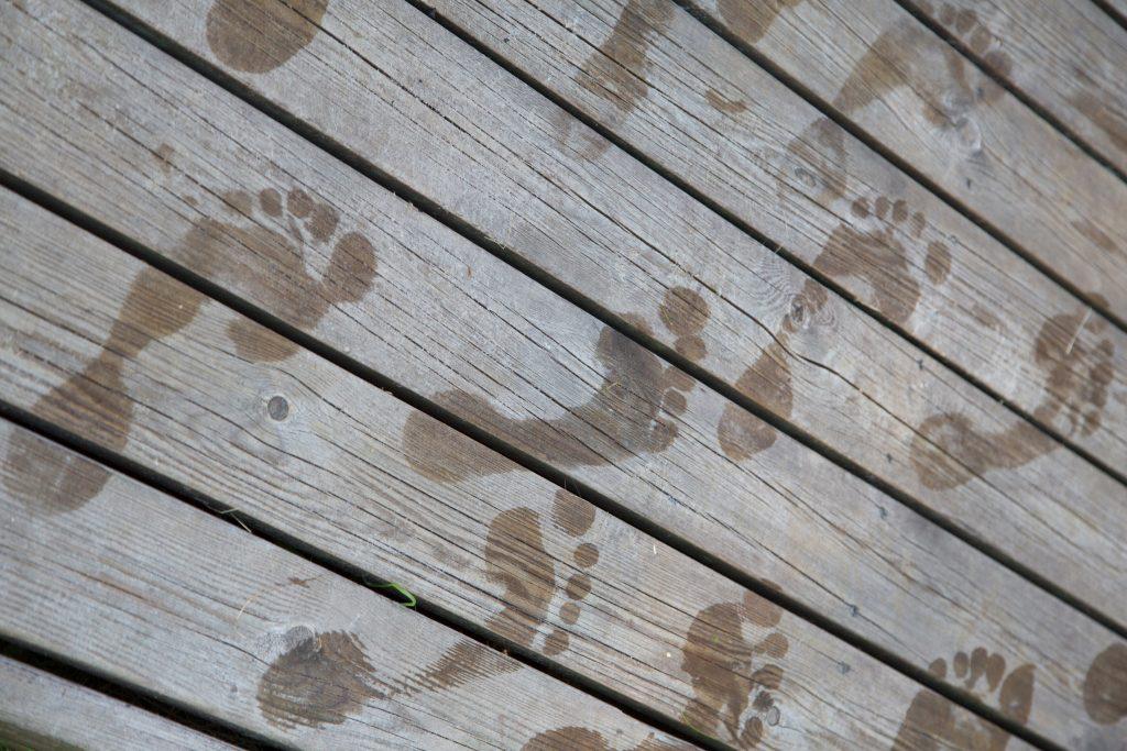 Kuvituskuva jalanjäljet laiturilla