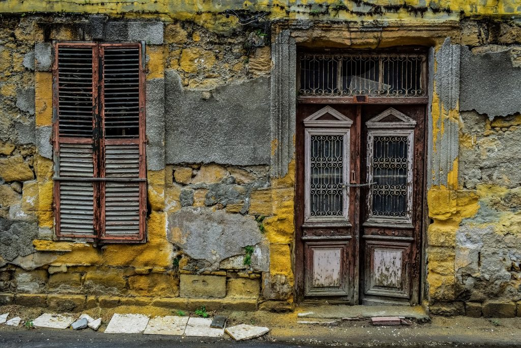Kuvituskuva rapistunut ovi