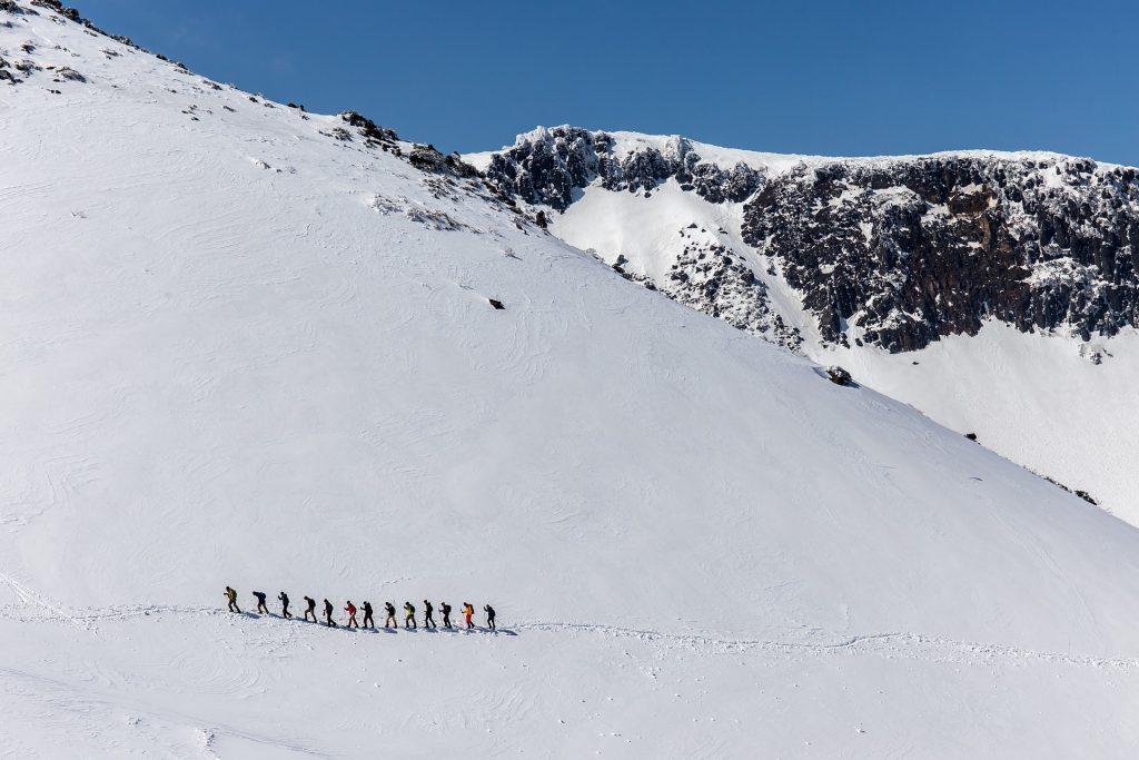 Kuvituskuva köysistö etenee vuorella