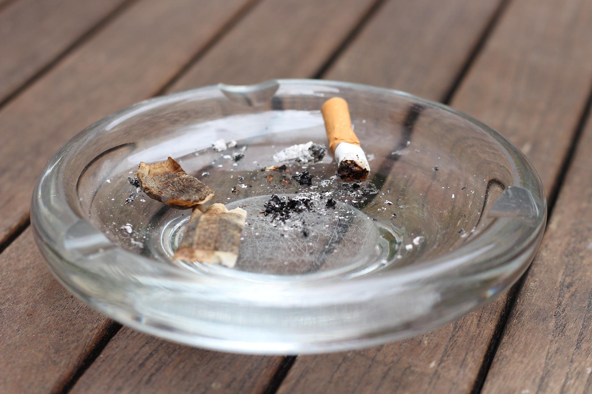 Kuvituskuva: tuhkakuppi, jossa tupakantumppi ja käytetty nuuskapussi