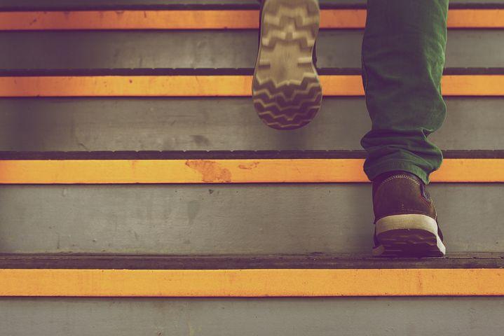 Henkilö kävelee portaita ylöspäin.