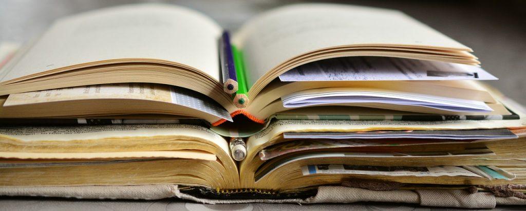 Vanhat kirjat ja kyniä.