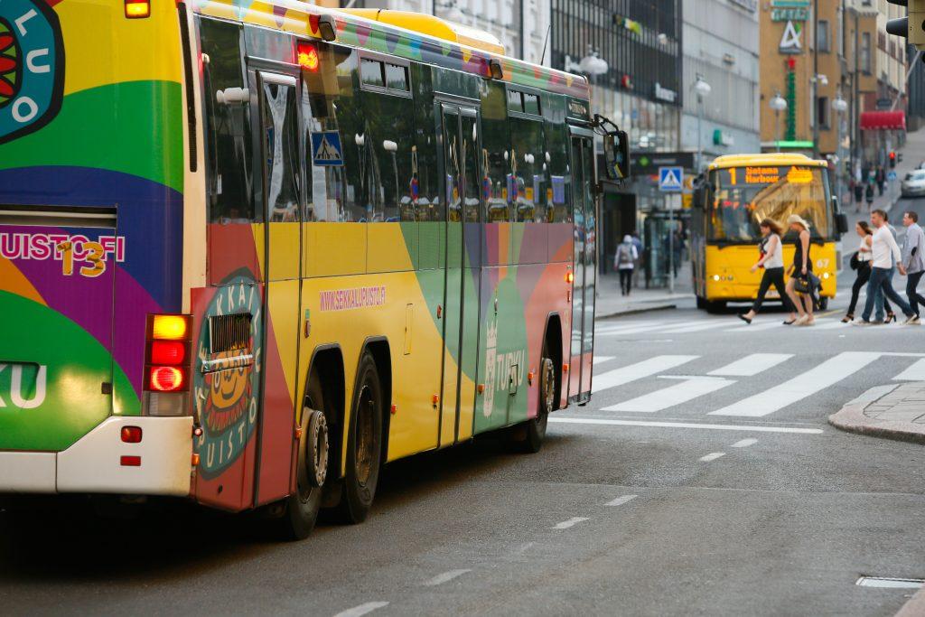 Kuvassa on bussi Turussa