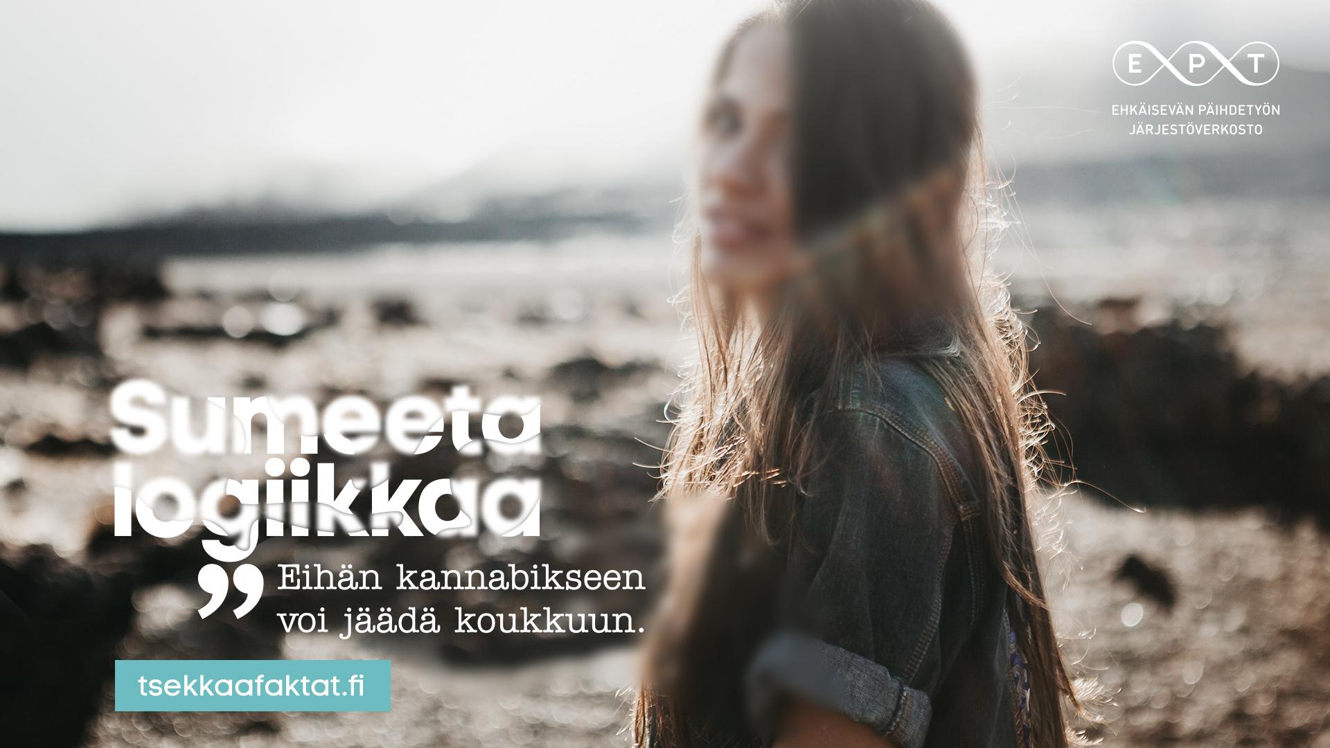 """Nuori nainen meren rannalla ja teksti: Sumeeta logiikkaa """"Eihän kannabikseen voi jäädä koukkuun"""". Tsekkaafaktat.fi."""