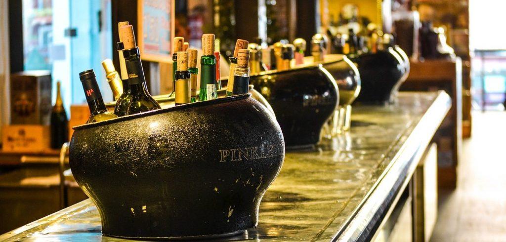 Viinipulloja baarin tiskillä.