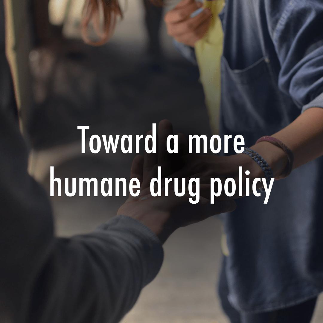 Kuvituskuva: ihmisiä ja teksti: Toward a more humane drug policy.