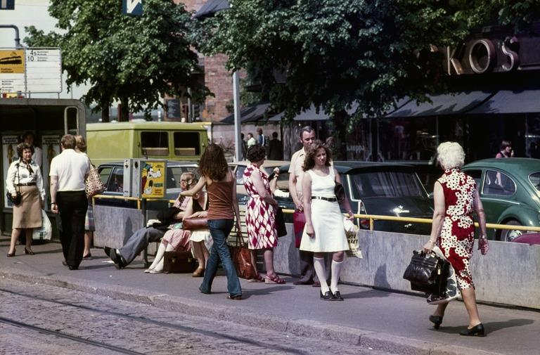 Ihmisiä raitiovaunupysäkillä Mannerheimintiellä tavaratalo Sokoksen kohdalla vuonna 1977. Kuva: Helsingin kaupunginmuseo.