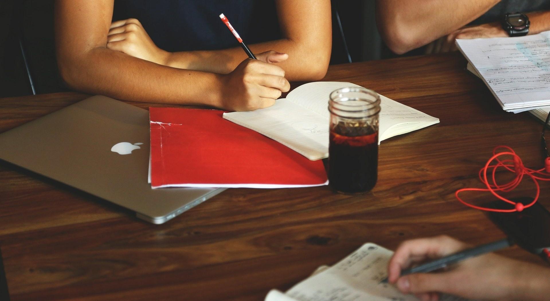 Kuvassa ihmisiä kokouspöydässä.