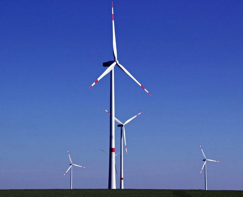 Kuvituskuva: Tuulimyllyjä aukeassa maisemassa.