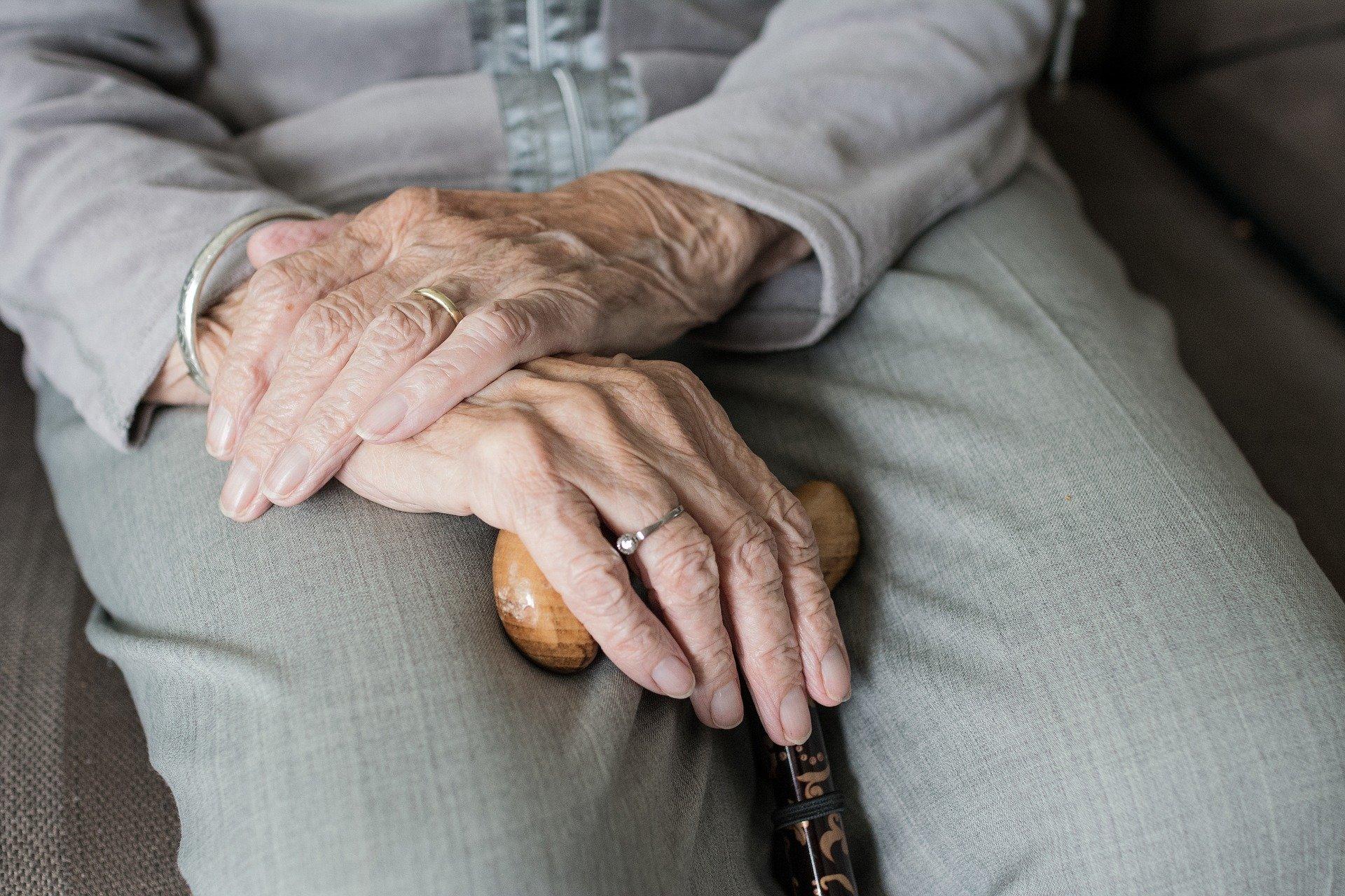 Iäkkään ihmisen kädet