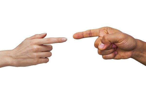 Kuvassa kaksi toisiaan osoittavaa sormea