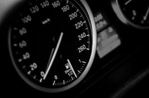 Kuvassa auton kojelauta ja nopeusmittari joka näyttää nollaa.