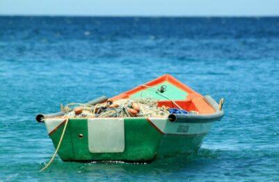 Kuvassa tyhjä soutuvene.