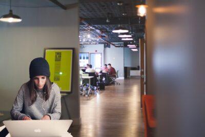 Nainen tekee tietokoneella töitä